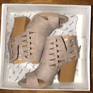 NWT Qupid Open Toe Booties Size 5.5 Gray